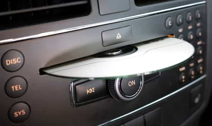 clean-cd-player-in-car