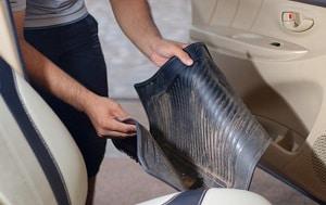 cleaning-car-floor-mats